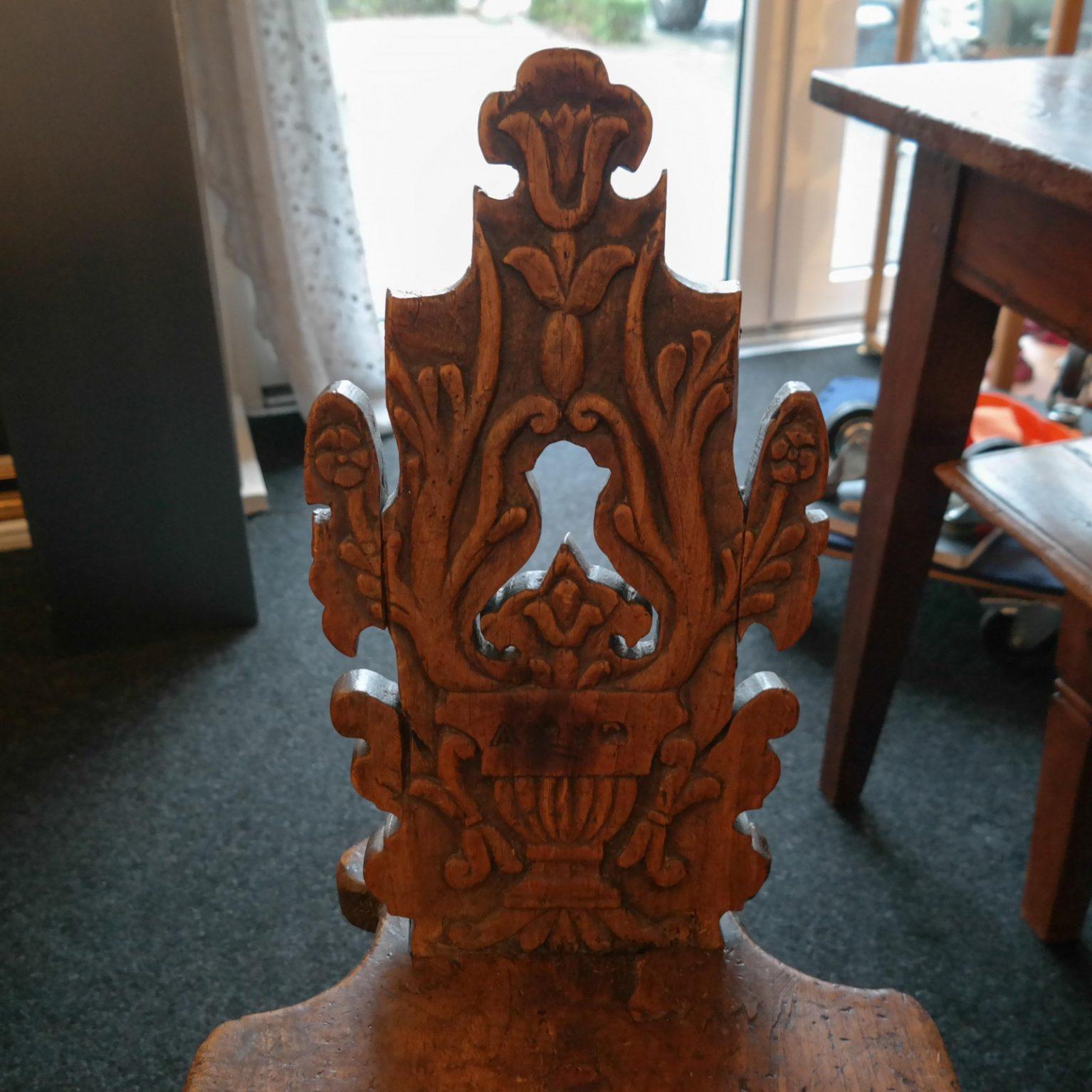 17e eeuws notenhouten driepootsstoeltje