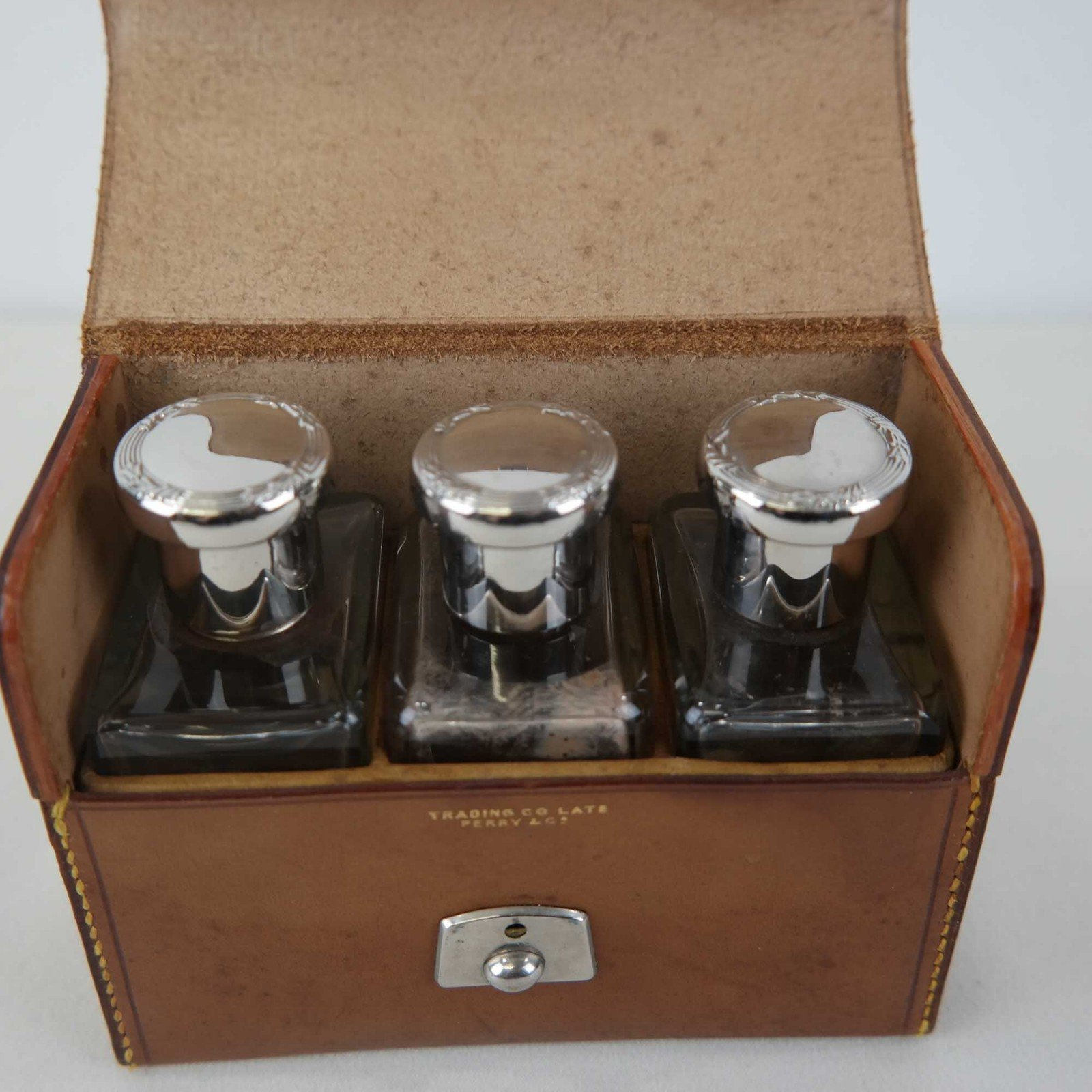 Drie parfumflesjes in lederen doos van Perry&Co