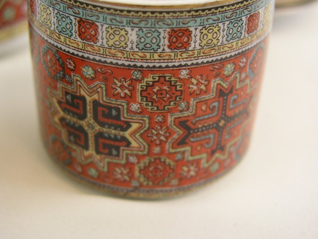 Porseleinen serviesje met geometrisch patroon