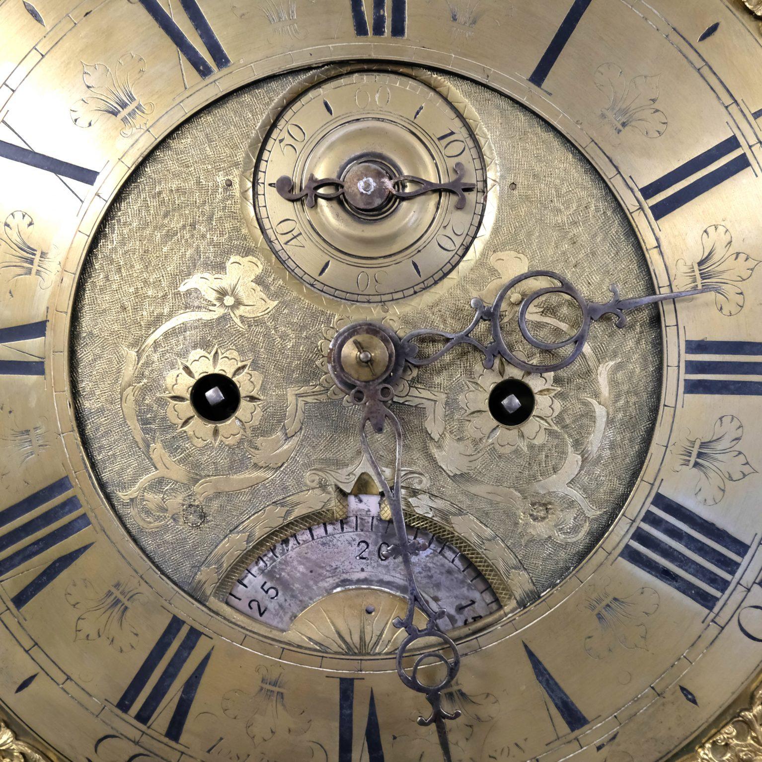 Grote Engelse eikenhouten klok uit 1704