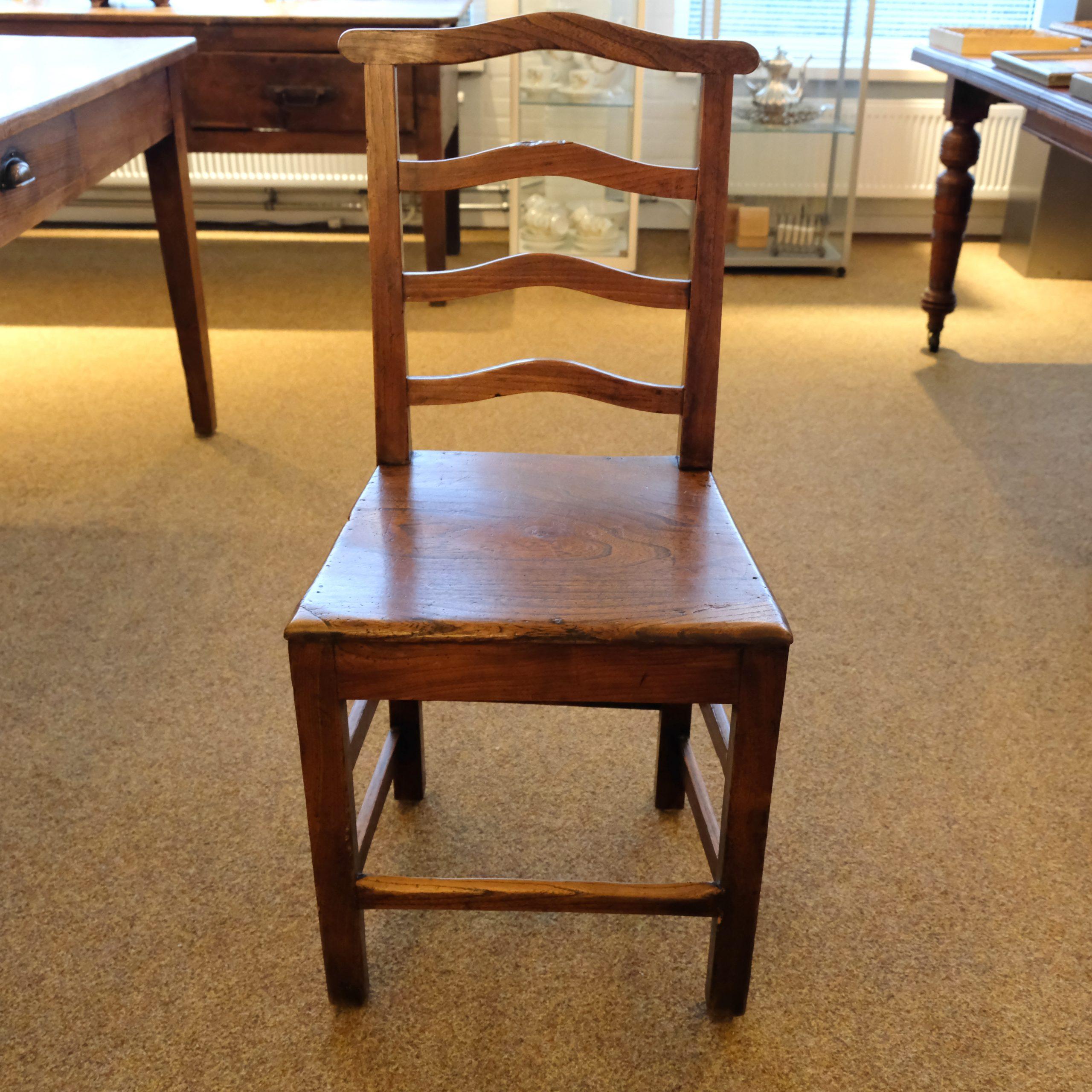 Bijpassende stoelen van rond 1900