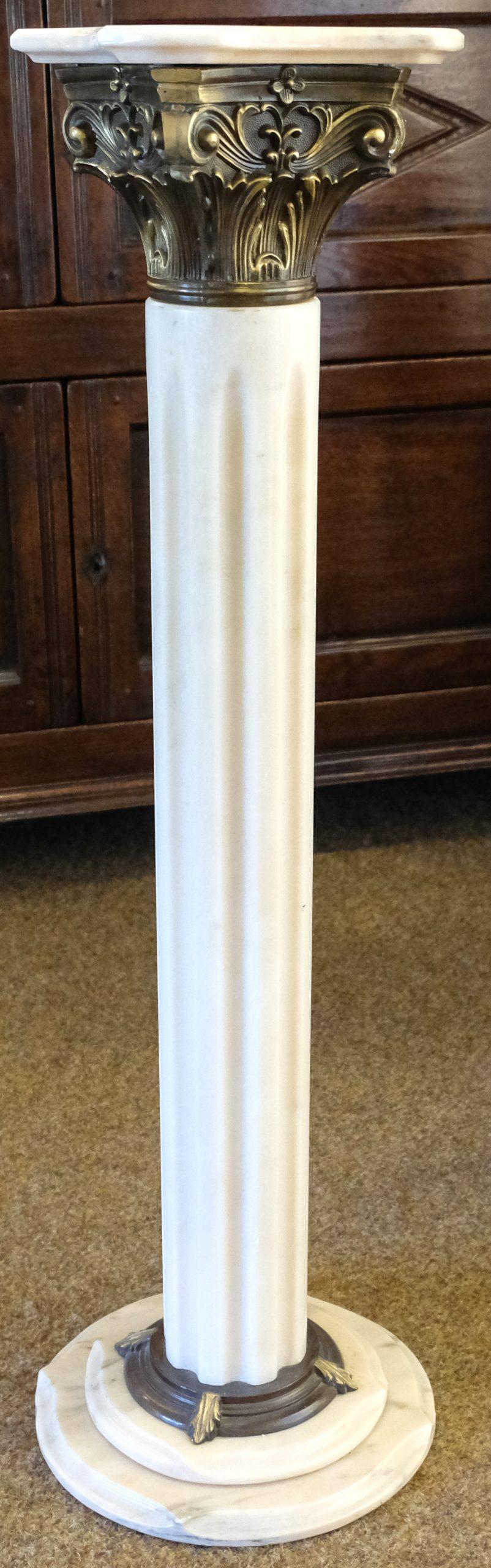 Wit marmeren zuil met Korinthisch kapiteel